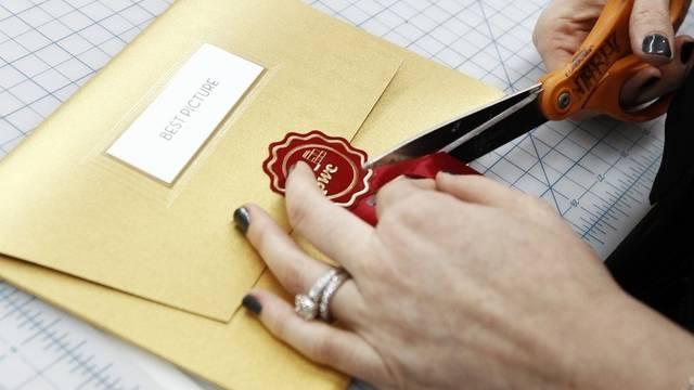 Designerin Laura Pellegrini bereitet in Los Angeles die Couverts für die Preisverleihung vor