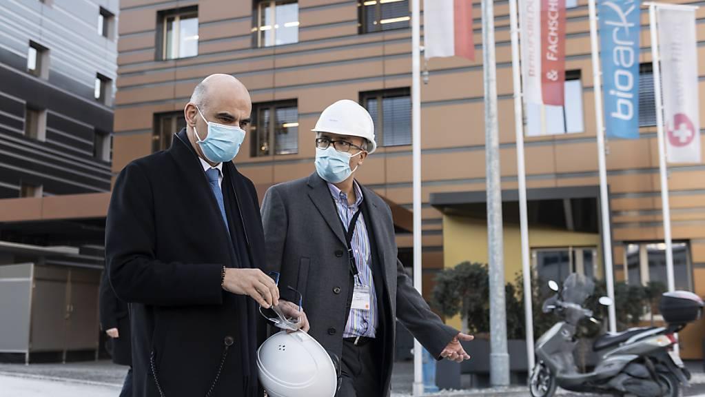 Gesundheitsminister Alain Berset (links) in Visp (VS) nach einem Besuch der Moderna-Impfstoff-Anlage der Firma Lonza. Rechts: Moderna-Manager Dan Staner, Direktor für die Region Europa, Naher Osten und Afrika.