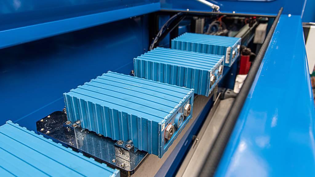 Akkus aus Elektromobilen harren der Dinge, die da kommen werden - Entladung, Zerlegung, Waschung. Der E-Fahrzeug-Hersteller Kyburz, der seine Liefer-Dreiräder (siehe Post) in die ganze Welt liefert, recycelt als erster Produzent in der Schweiz ausgediente Akkus gleich selber im Betrieb. (zVg)