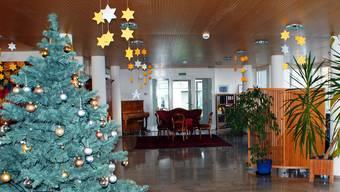 Weihnachtlich geschmückte Foyers in Alters- und Pflegeheimen wie in der Rheinfelder Lindenstrasse. ach
