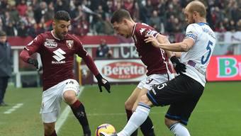 Andrea Masiello von Atalanta Bergamo (rechts) im Zweikampf mit Torinos Captain Andrea Belotti
