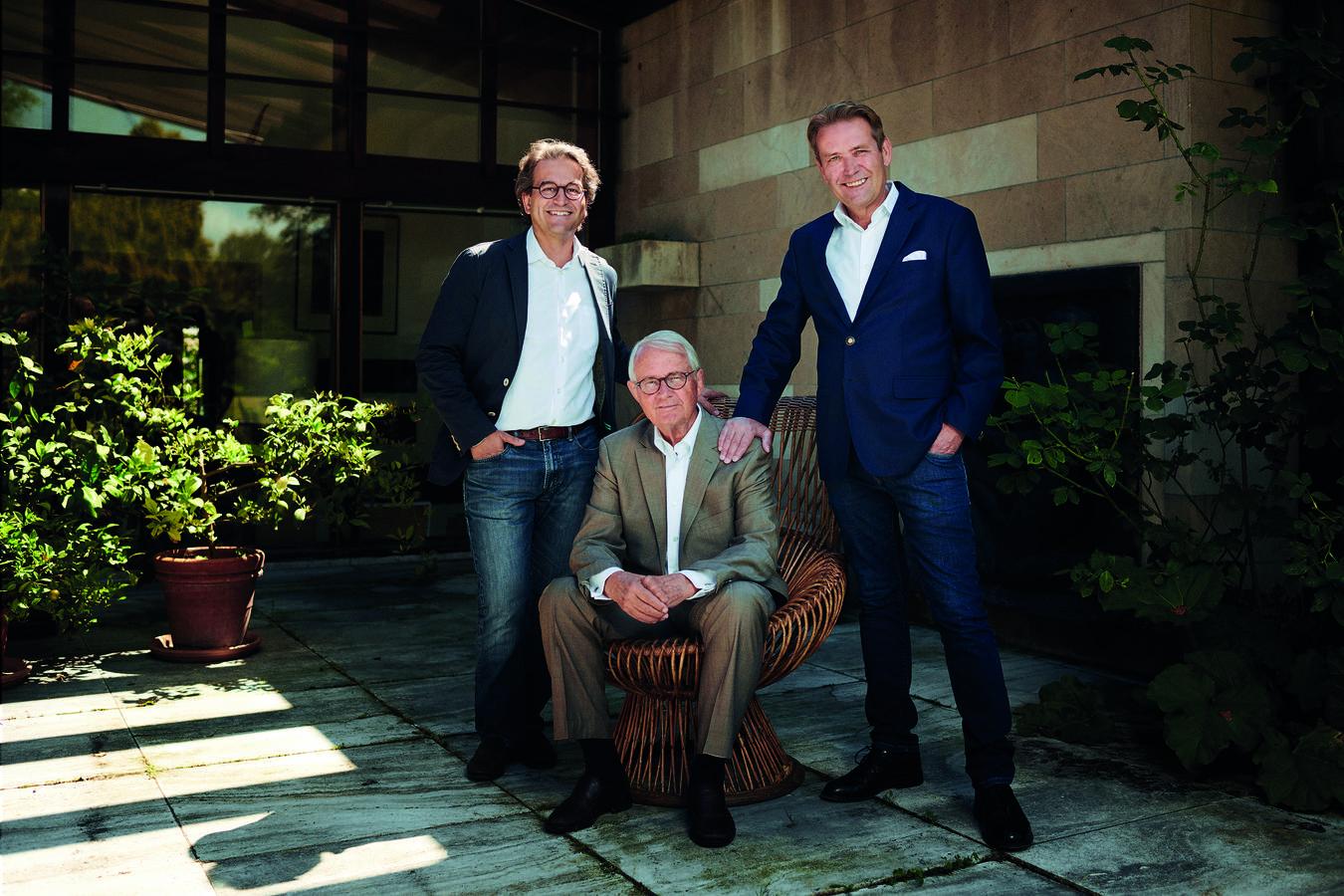 Die fünfte und sechste Generation: Michael Fischbacher mit seinem Bruder Christian (rechts) und Vater Christian Fischbacher. (© pd)