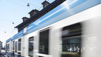 Bei der Kollision mit einem Tram der Linie 14 wurden ein Fussgänger und eine Motorradfahrerin leicht verletzt. (Symbolbild)
