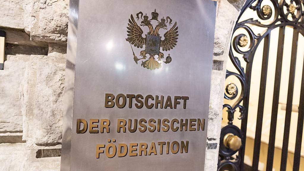 ARCHIV - Als Reaktion auf die Ausweisung eines deutschen Diplomaten aus Russland muss ein Mitarbeiter der russischen Botschaft in Berlin das Land verlassen. Foto: Christophe Gateau/dpa