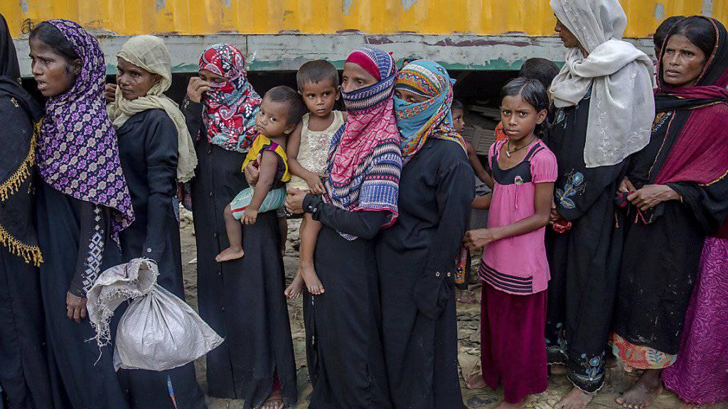 Geflüchtete Frauen und Kinder warten in einem Lager in Bangladesch auf Hilfe. Der Andrang von Rohingya-Flüchtlingen aus Myanmar nach Bangladesch hat abgenommen. (Archiv)