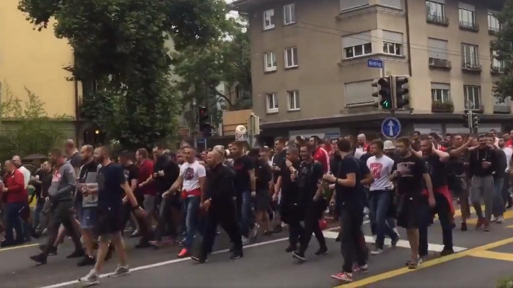 Serbische Fussballfans marschieren durch Bern.