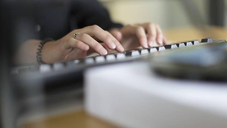 Nächstes Jahr wird Informatik zum Pflichtfach an Gymnasien. Basel-Stadt bezahlt 2,1 Millionen Franken für die Weiterbildungen der Lehrer.