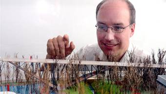 Technorama-Chef ThorstenKünnemann stellt das Garten-Modell mit der neuen Brücke vor.