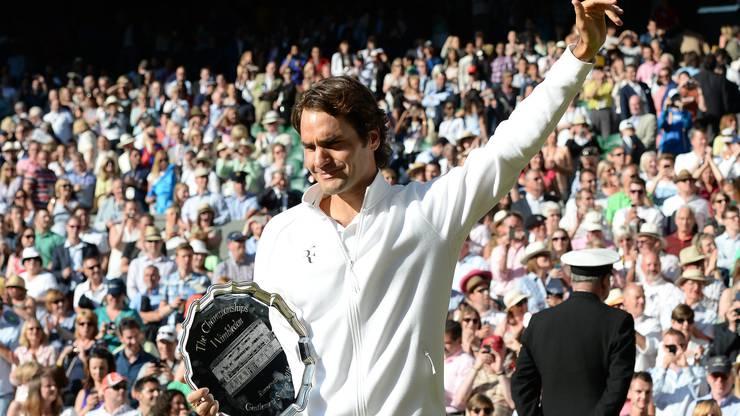 Als Titelverteidiger war Roger Federer im Vorjahr in der dritten Runde sensationell an Sergei Stachowski gescheitert. Auf die schlechteste Saison seit seinem Vorstoss an die Weltspitze reagierte er mit der Ernennung von Stefan Edberg als Trainer. Auf dem Weg in den Wimbledon-Final gibt er nur in den Viertelfinals gegen Stan Wawrinka einen Satz ab. Im Final liegt er im vierten Satz zwei Mal mit Break hinten, wehrt mit einem Ass einen Matchball ab und erzwingt einen fünften Satz. Dennoch verliert er in 3:56 Stunden.