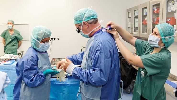 Tauziehen um die Herzmedizin im Aargau: Operiert ab 2020 weiter Starchirurg Thierry Carrel (hier bei der Vorbereitung) in der Hirslanden Klinik, oder neu der Basler Chefarzt Friedrich Eckstein am Kantonsspital Aarau? (Archiv)