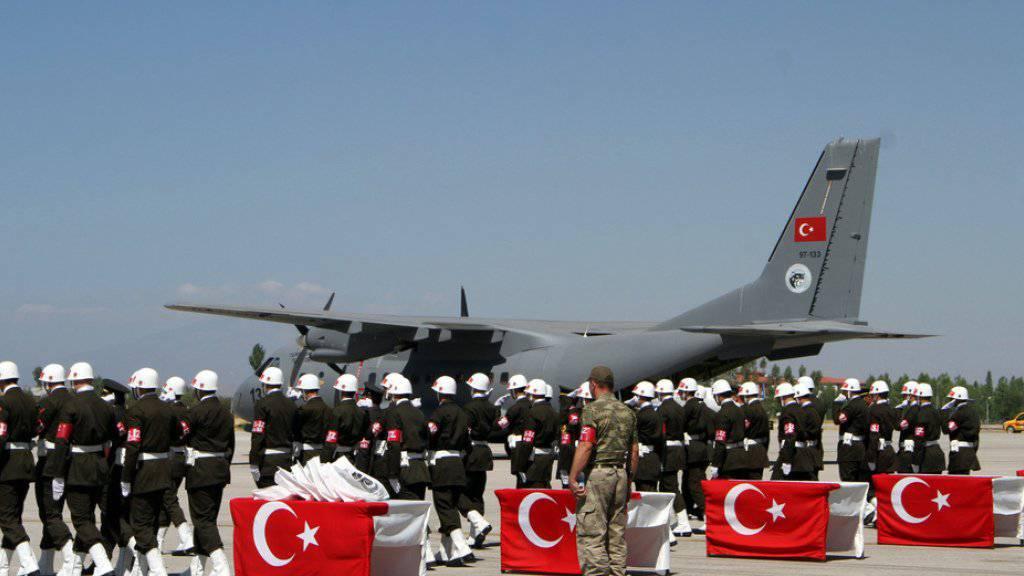 Türkische Soldaten am Dienstag auf dem Militärflugplatz in Van mit den Särgen getöteter Kameraden.