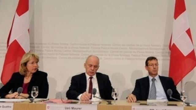 An der Medienkonferenz: Bundesrat Ueli Maurer (Mitte) informiert über die geplante šUbung