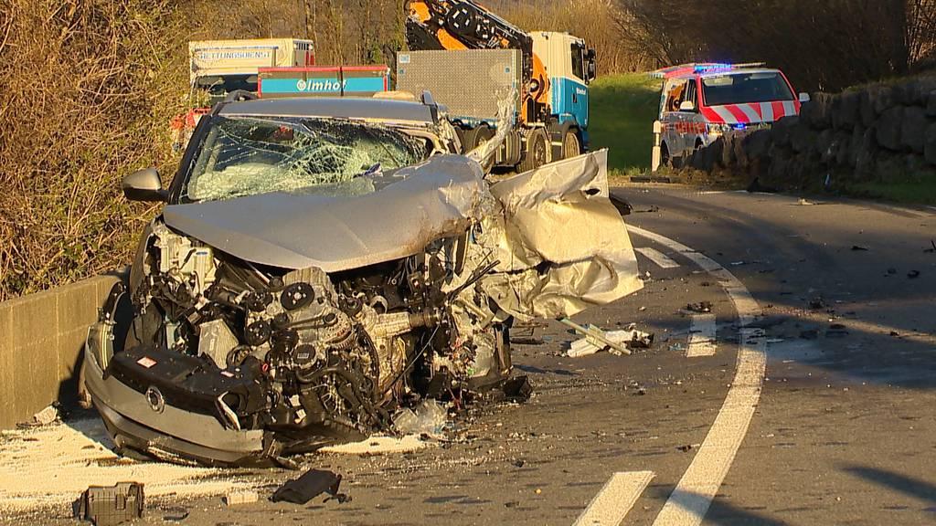 Heftige Kollision zwischen Auto und Lastwagen - Fahrer eingeklemmt