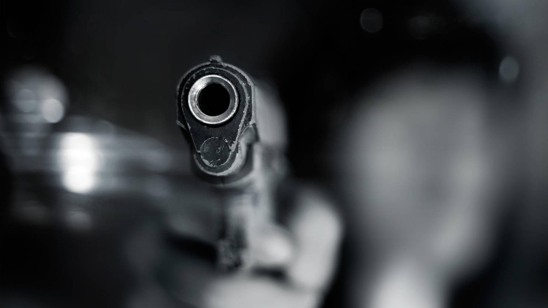 Pistole Waffe Schüsse Symbolbild