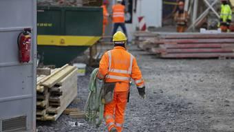 Die Konjunktur hat sich wegen der Corona-Pandemie eingetrübt: ein Baurabeiter bei der Arbeit (Archivbild).
