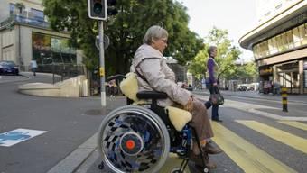Körperliche behinderte Frau im Alltag (Archiv)