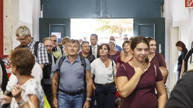 Die ersten Besucher strömen in die Hallen