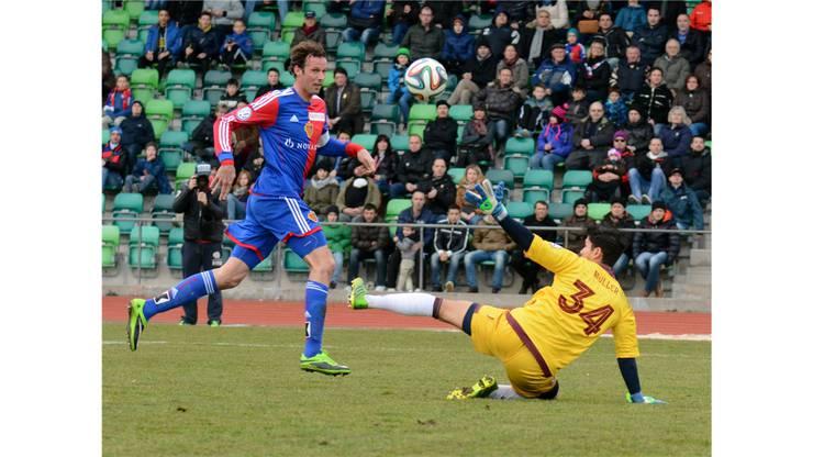 Marco Streller erzielt mit einem Hebel über Roland Müller das 1:0 für Basel.