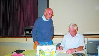 Alles korrekt: Der scheidende Burgerkassier Fred Abrecht (links) lässt das Topresultat der Burgerrechnung 2008 von Burgerpräsident Hans A. Renfer unterschreiben.