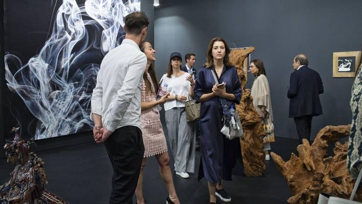 Was sie wohl kaufen? VIPs drängen sich am ersten Previewtag in den Galerien. Bei Neugerriemschneider, Berlin, gibt es unter anderem aus Metall gegossene Baumskulpturen von Ai Weiwei.