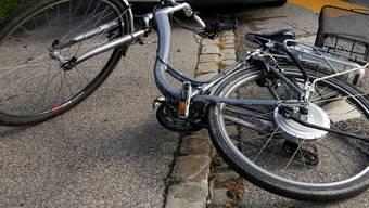Der Lastwagen streifte eine Rentnerin auf einem E-Bike. (Symbolbild)