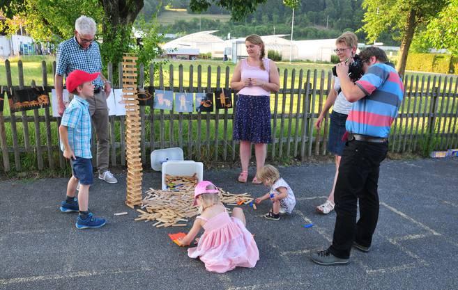 Die Erwachsenen unterstützen ihren Nachwuchs im Rahmen des Jahresmottos «Wir schaffen's» bei Geschicklichkeitsspielen.