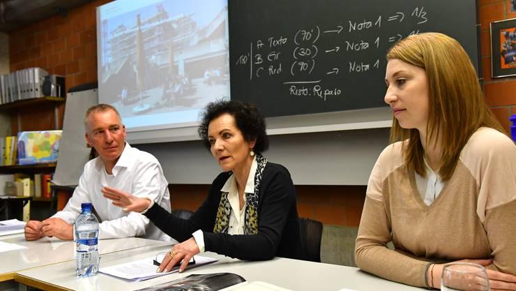 David Brunner, Gesamtprojektleiter, Nadine Lützelschwab (Baulitung) und Rektorin Dr. Sibylle Wyss (Mitte) orientieren über die laufenden Arbeiten im Rahmen der Gesamtsanierung der Kantonsschule Olten.