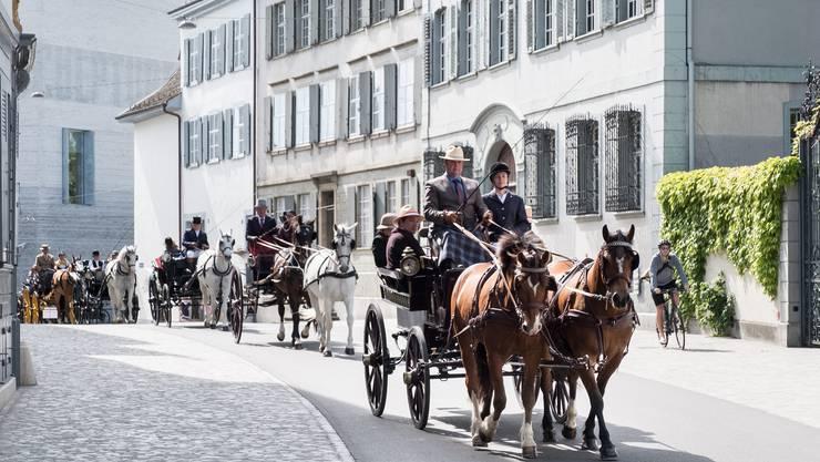 Kutschen-Demo: 15 historische Kutschen fahren durch die Rittergasse zum Münsterplatz. Mit dieser Fahrt setzt sich der Verein «Hü-Basel» für den Erhalt der Basler Kutschensammlung ein.