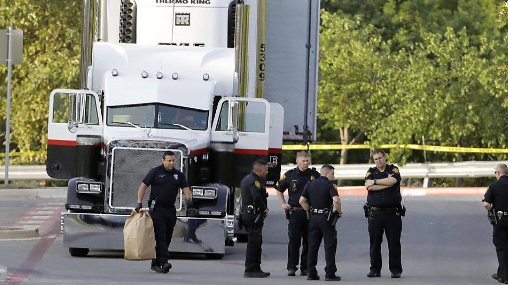 Polizisten im texanischen San Antonio untersuchen den Lastwagen, wo die Migranten entdeckt wurden.