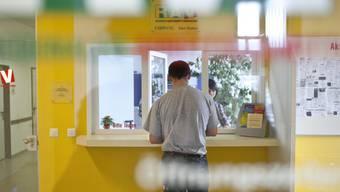 Ein Mann meldet sich am Empfang des RAV in Sargans SG (Symbolbild)