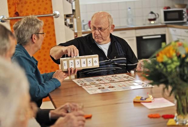 Tagesheim-Gast Ernst Burkhalter beim Spiel mit Betreuerin Ursula Hubler