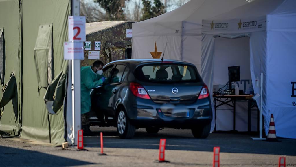 Bisher wurden in Italien mehr als 11 Millionen Dosen Corona-Impfstoff gespritzt - hier in einer Drive-Thru-Impfstation in Mailand. Foto: Claudio Furlan/LaPresse via ZUMA Press/dpa