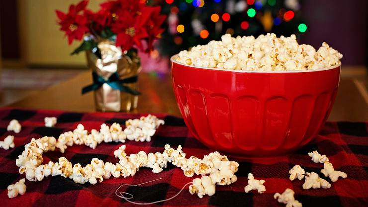 In Amerika gibt es die Tradition, dass Popcorn auf Schnur aufgezogen wird.