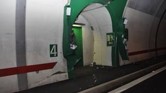Beim Notausgang wurde auch die Elektroinstallation beschädigt.