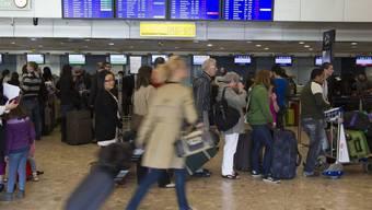 Passagiere in Genf-Cointrin: Das Serviceunternehmen ISS Facility Services hat in einem Rechtsstreit mit dem Flughafen einen Teilsieg errungen. (Archiv)