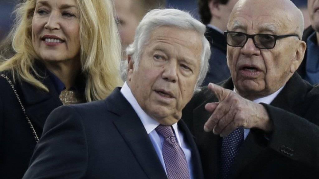 Rupert Murdoch (84,r) und Jerry Hall (59,l) letzten Dezember an einem Fottball-Spiel. Was damals noch ein Gerücht war, ist jetzt offiziell: Die beiden sind verlobt (Archiv).