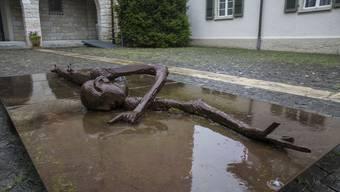 Diese Skulptur von Schang Hutter ist Teil der Ausstellung Kunst im Dorf.