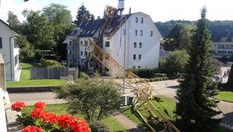 Der umgestürzte Kran in Urdorf.