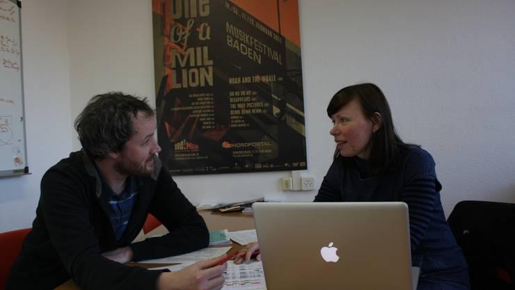Nik Fischer und Baiba Bondare treffen die letzten Vorbereitungen für das grosse Musik-Wochenende. san