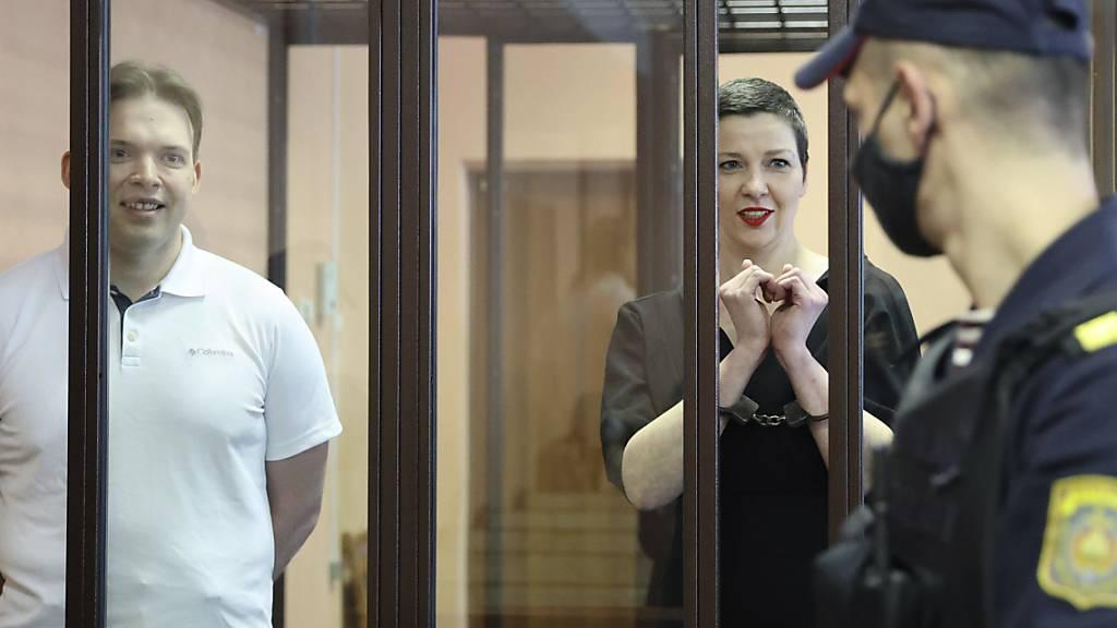 dpatopbilder - Maria Kolesnikowa (r), Oppositionsaktivisten, und Maxim Znak, führender Oppositioneller, nehmen an einer Gerichtsverhandlung teil. Kolesnikowa ist fast ein Jahr nach ihrer Festnahme im Zuge der Proteste in Belarus gegen Machthaber Alexander Lukaschenko zu elf Jahren Haft verurteilt worden. Foto: Ramil Nasibulin/BelTA/AP/dpa