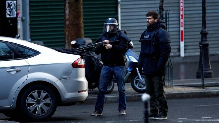 Die Polizei neben dem Polizeirevier, wo der Mann von niedergeschossen worden ist.