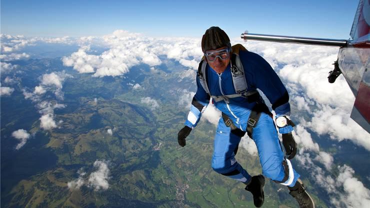 Geht in der Freizeit sportlich gerne hoch hinaus: Fallschirmsprung von SVP-Ständerat Adrian Amstutz 2010 im Berner Oberland. OLIVER Furrer/Key