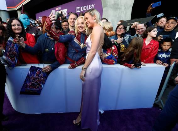 Schauspielerin Brie Larson spielt «Captain Marvel» in «Avengers: Endgame». Hier posiert sie mit Fans an der Premiere in Los Angeles.