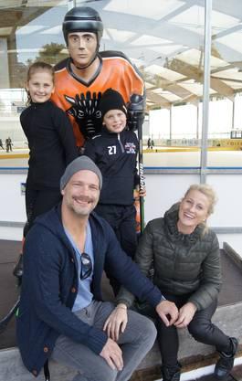 Ein Bild der Familie aus dem Jahr 2017. Ihr kleiner Bruder spielt Eishockey in Urdorf und der Vater ist Trainer der Piccolos – eine richtige Eis-Familie eben.