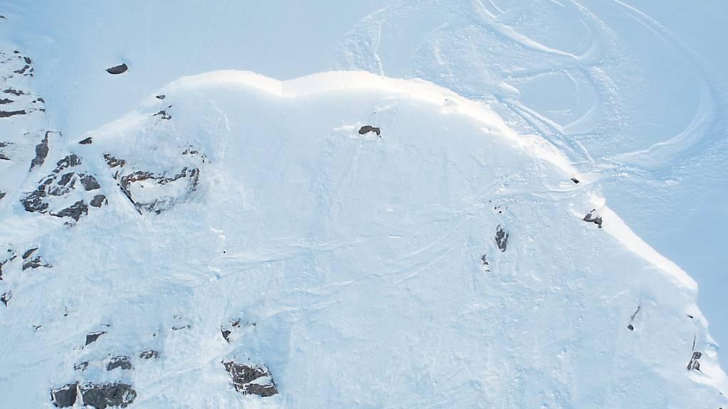 Oberhalb von Verbier VS hat am Montag eine Lawine zehn Skifahrer mitgerissen. Beim Unglück wurde ein Brite getötet, eine weitere Person wurde verletzt. (Archivbild)