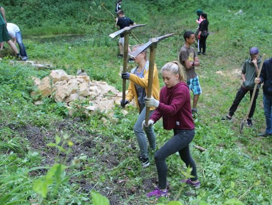 Voller Einsatz für den Glögglifrosch – die 1. Oberstufe der Schule Küttigen in der Stäglimatt nahe der Staffelegg.