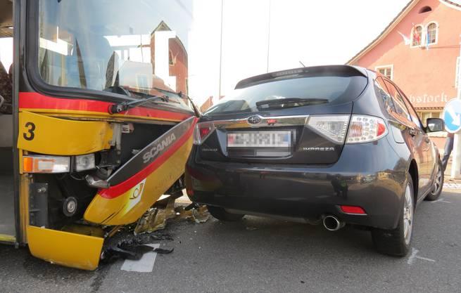 Kurz nach 16.30 Uhr kommt es mitten in Effingen zur Kollision zwischen einem Postauto und einem Subaru.