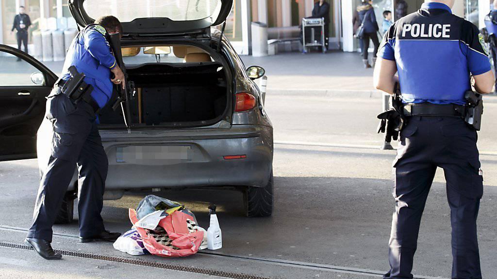 Auch am Genfer Flughafen wurden die Sicherheitsvorkehrungen verschärft und Autos kontrolliert.