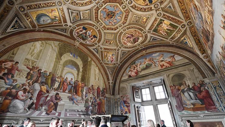 ARCHIV - Italiens Topattraktionen öffnen wieder. Hier der Raum Stanza della Segnatura in den vatikanischen Museen. Foto: Uli Deck/picture alliance / dpa