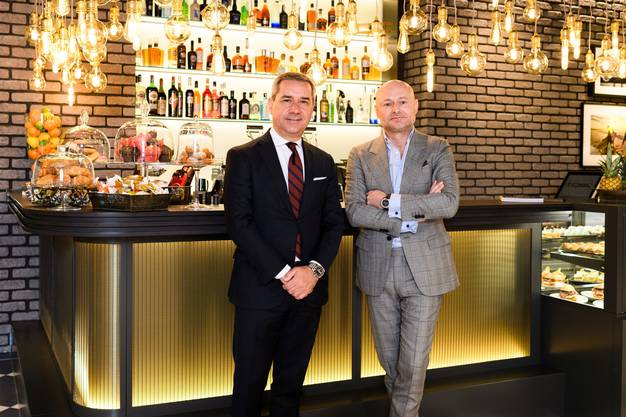Jelmoli-Chef Franco Savastano (links) und Breitling-CEO Georges Kern in der neuen Bar im Jelmoli Warenhaus an der Zürcher Bahnhofstrasse.